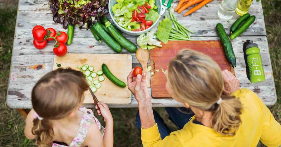 Matka z córką przyrządzają jedzenie