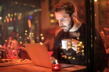 Mężczyzna pracujący przy komputerze