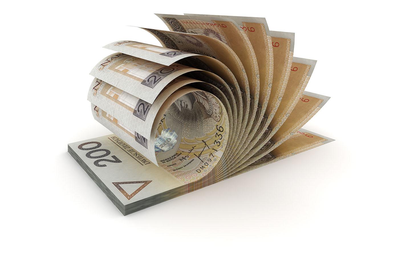 Plik banknotów dwustuzłotowych na białym tle