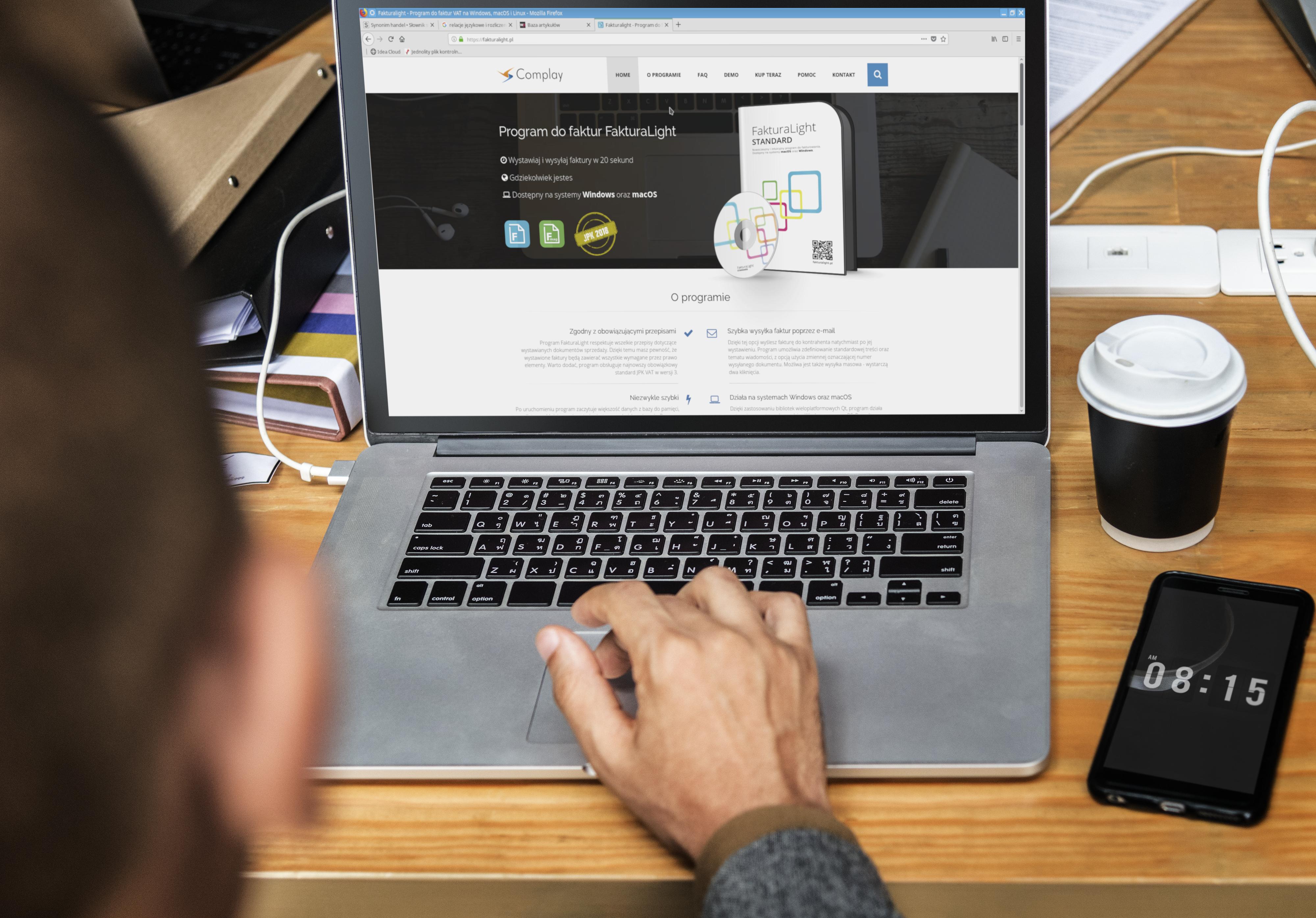 Mężczyzna wystawia fakturę na komputerze