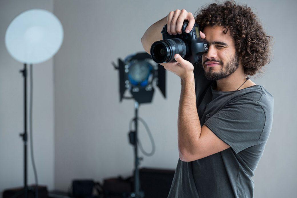 Fotograf wykonujący zdjęcia produktom