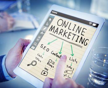 Mężczyzna analizuje strategię marketingu online