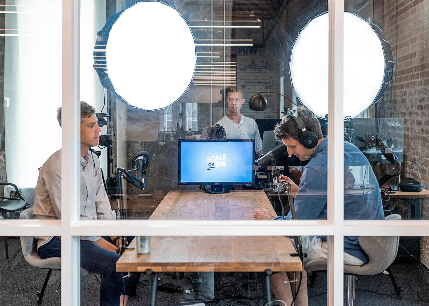 Grupa pracowników wybierająca tani hosting