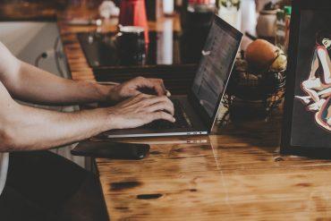 Mężczyzna korzysta z laptopa poleasingowego