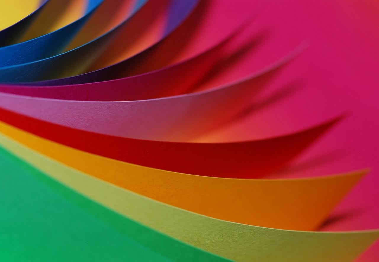 Kolorowe kartki na różowym tle