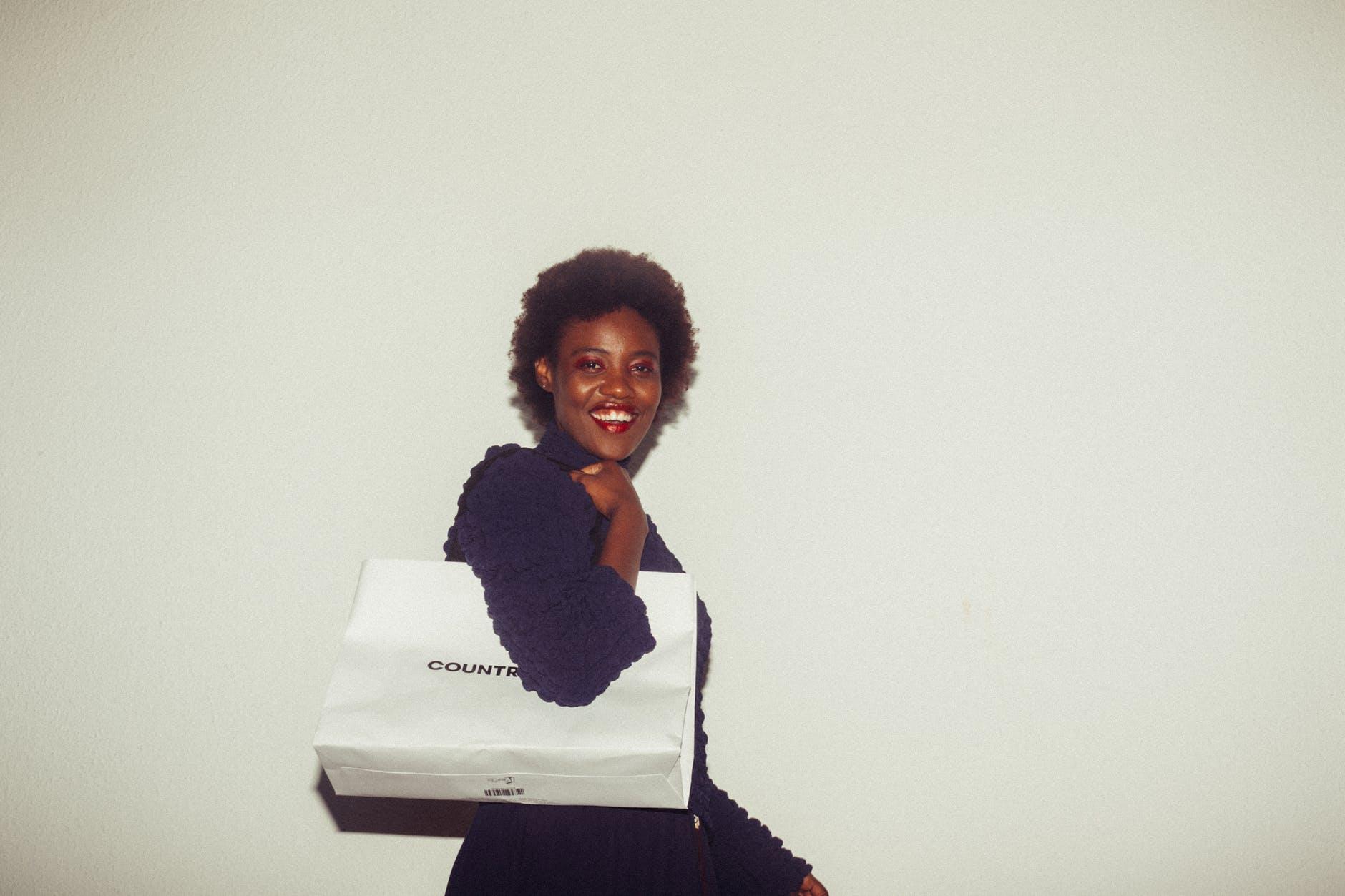 Kobieta z torbą na ramieniu