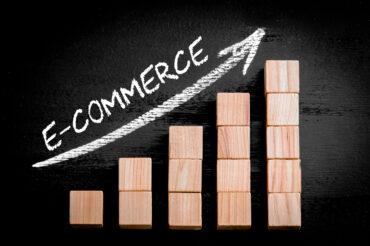 Wykres który wzrasta z białą strzałką i napisem e-commerce