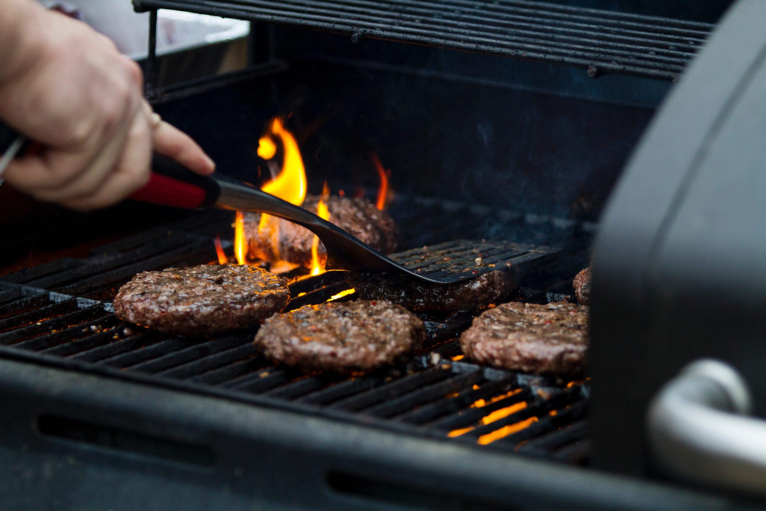 mięso smażące się na grillu