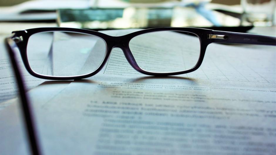 okulary na stole