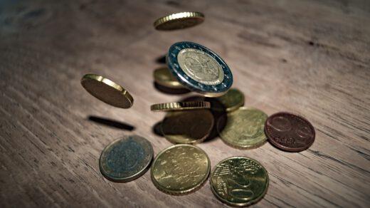pieniądze rozsypane na stole