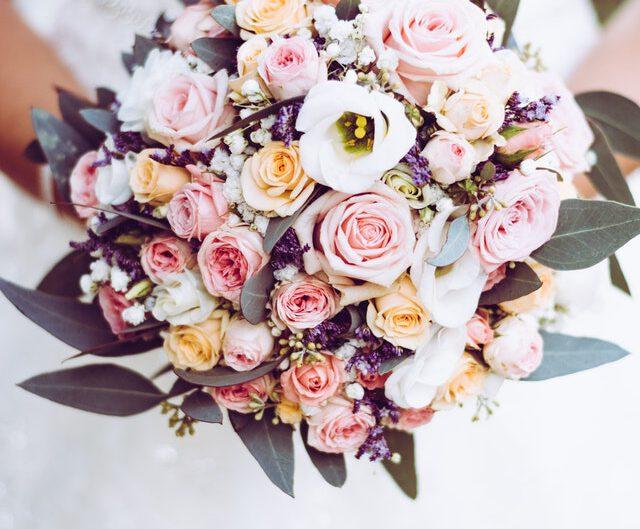 suknia ślubna i kwiaty