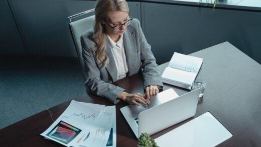 Kobieta na stanowisku księgowej