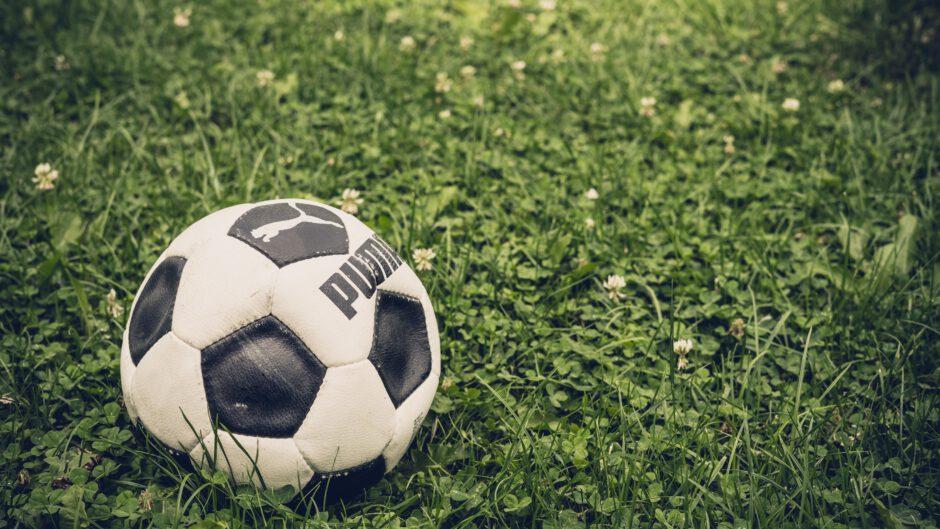 piłka leżąca na trawniku