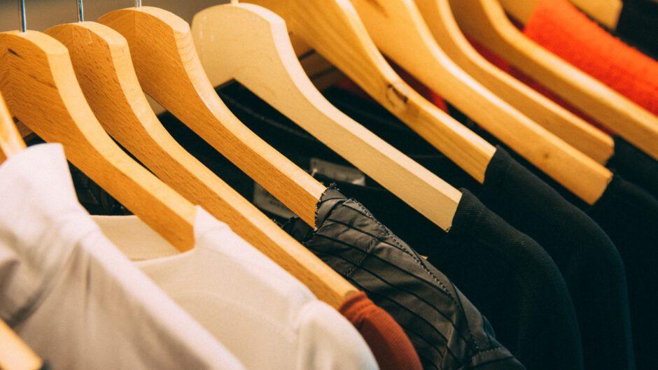 ubrania powieszone na wieszakach