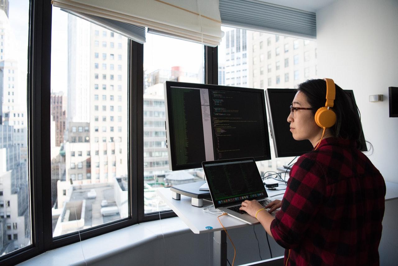 Kobieta zajmująca się analizą konkurencji