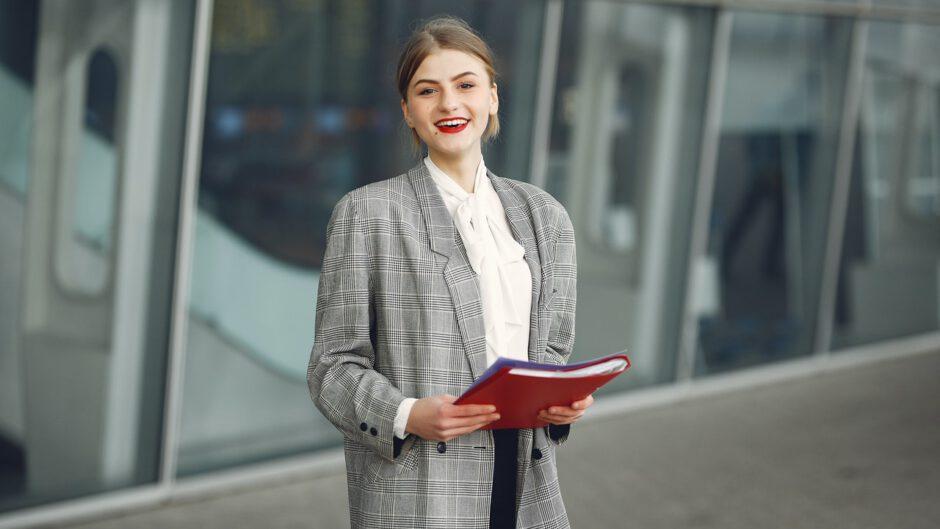 Kobieta zajmująca się promocją w firmie, wyjaśniająca definicję promocji
