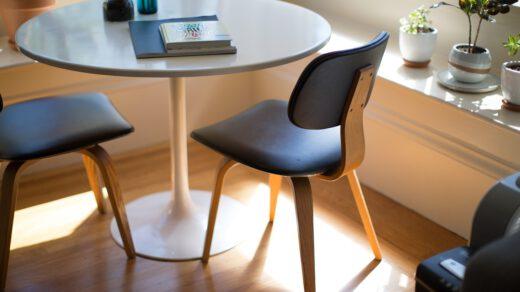 pokój z krzesłami