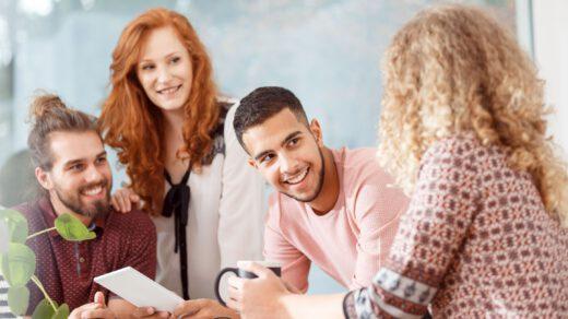 rozmowa grupy w pracy