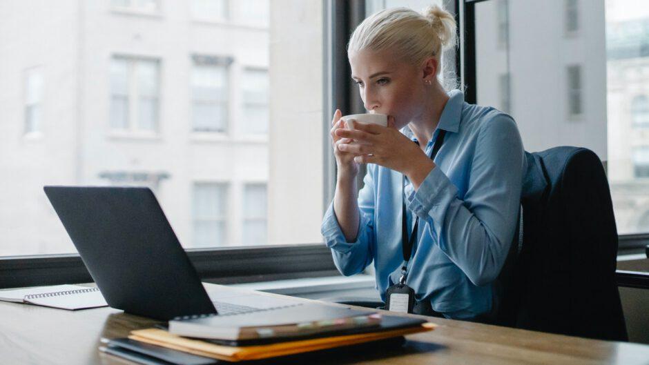 Kobieta zajmująca się doradztwem z zakresu restrukturyzacji firmy