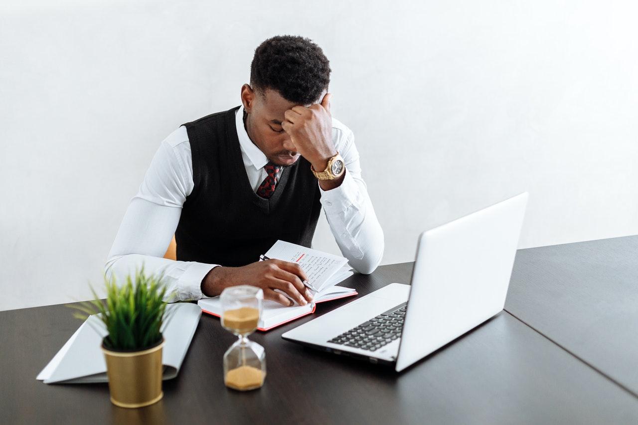 Mężczyzna zastanawiajacy się nad tym, jak wyliczyć koszty uzyskania przychodu