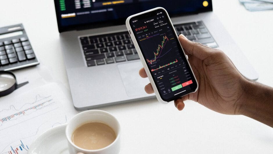 Osoba sprawdzająca akcje na giełdzie i inwestująca w akcje
