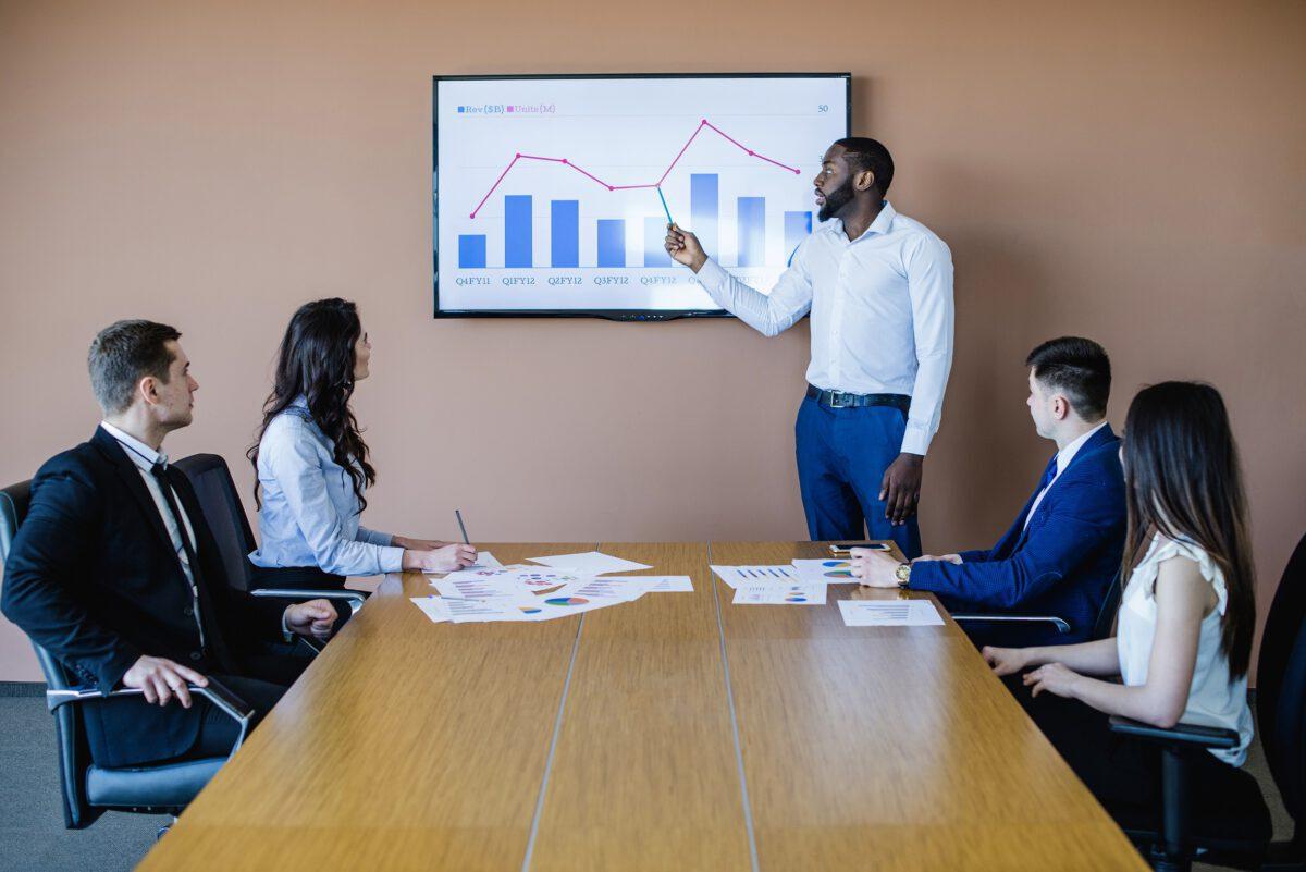 Osoby na spotkaniu biznesowym, omawiające cele i zadania public relations