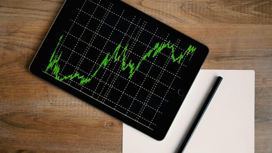 Tablet pokazujący wzrost konkurencji na rynku