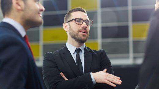 Mężczyzna stojący i dyskutujący na temat swojej pracy związanej z public relations