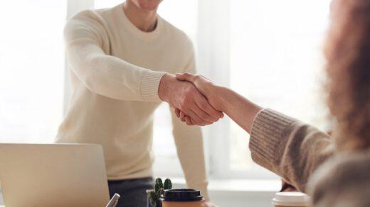 Sprzedaż osobista i rozmowa między przedstawicielem firmy a kupującym