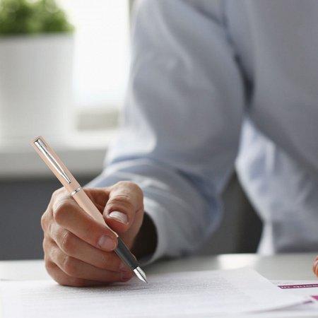 kobieta pisze piórem wiecznym