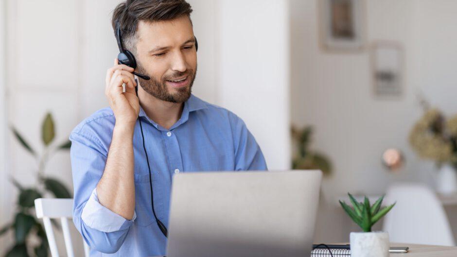 mężczyzna pracuje przy laptopie