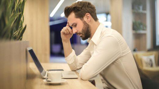 mężczyzna siedząc przy biurku