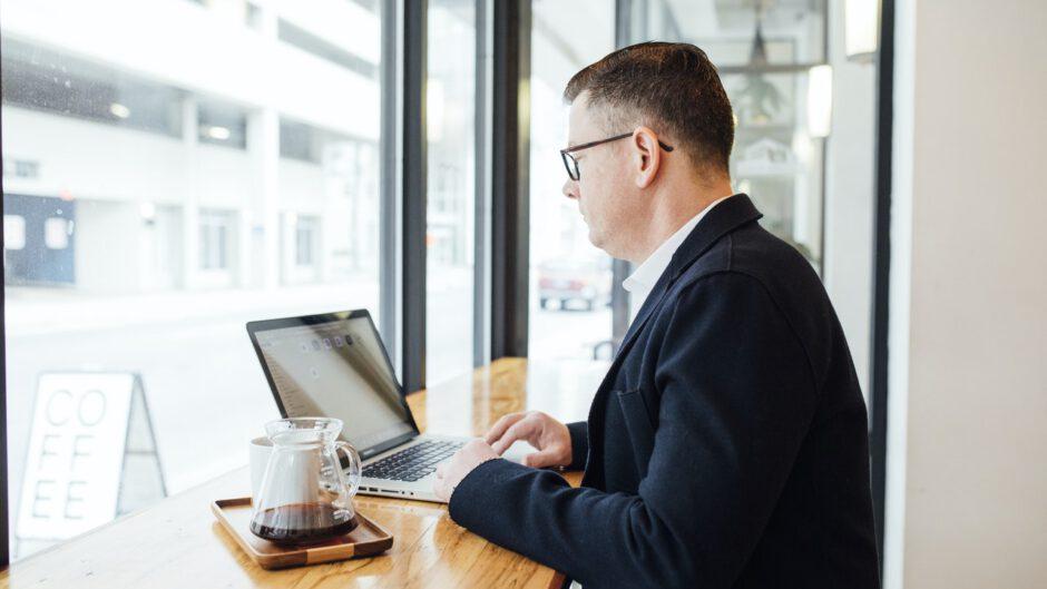 mężczyzna w kawiarni korzysta z laptopa