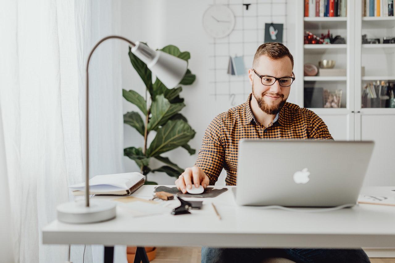 Mężczyzna czytający na komputerze definicje reklamy