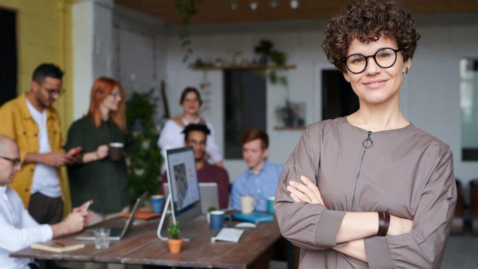 Kobieta zajmująca się reklamą, znająca definicje reklamy i funkcje reklamy
