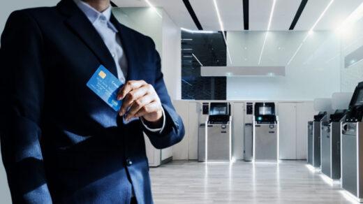 Mężczyzna w garniturze pracujący w banku komercyjnym