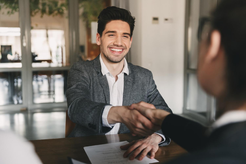 Mężczyzna zmotywowany do pracy wyższą stawką