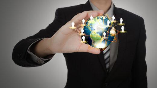 Mężczyzna prezentujacy graficzną formę globalizacji