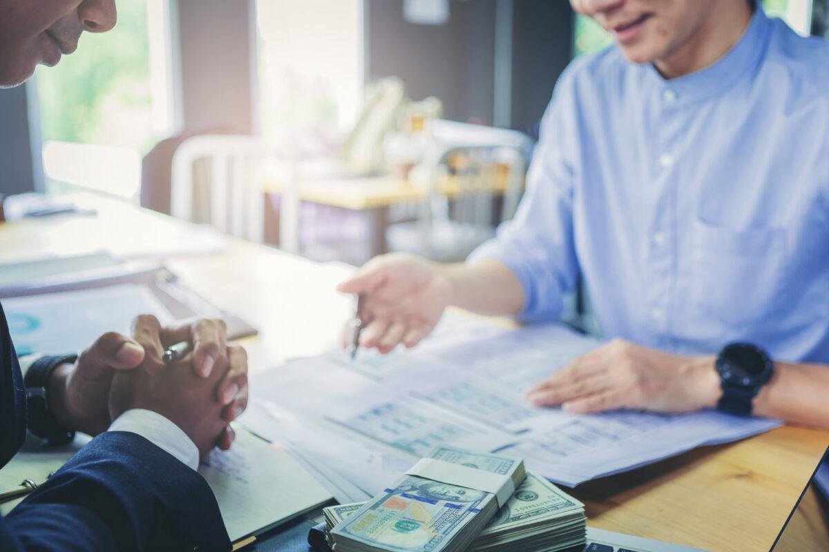 Osoby pracujace w banku rozmawiające o finansach i funkcjonowaniu banków