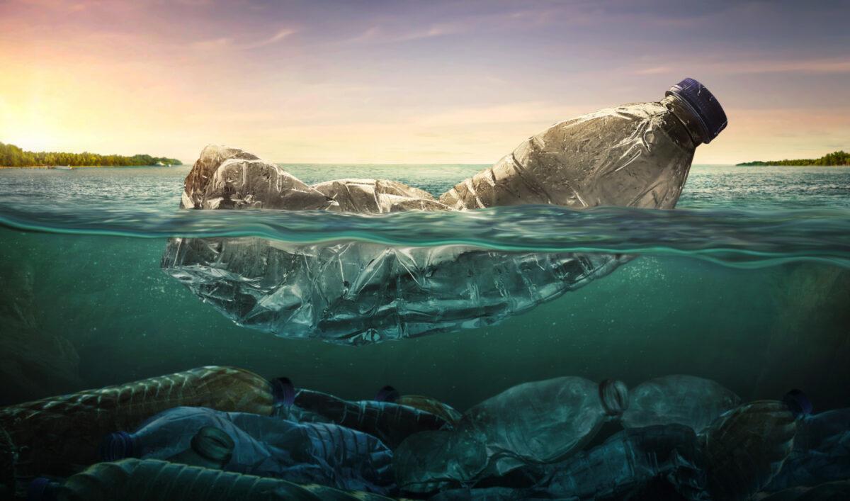 Plastik w wodzie powodujące zagrożenie dla środowiska naturalnego