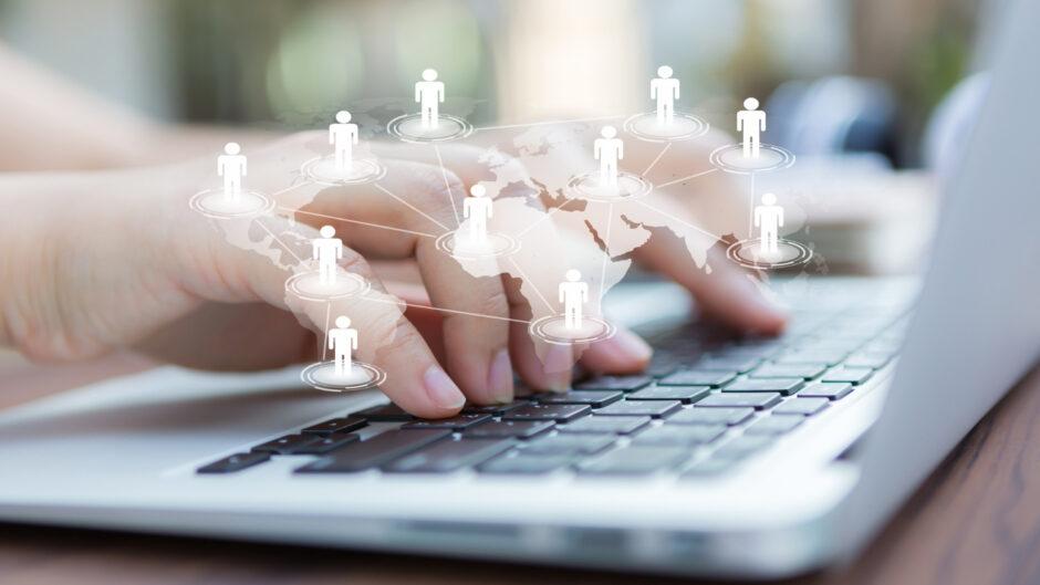 Osoba pisząca na klawiaturza, przyczyniająca się do rewolucji informatycznej