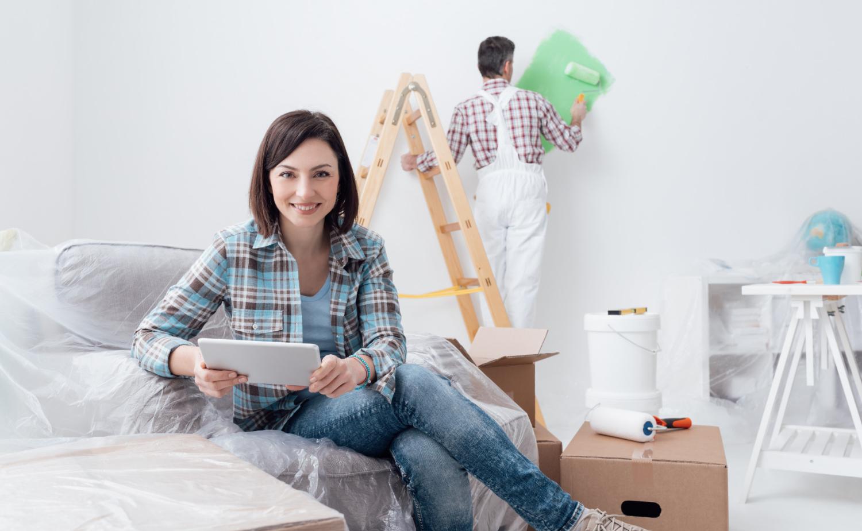 Kobieta, która jest świadoma tego, ile kosztuje wykończenie domu pod