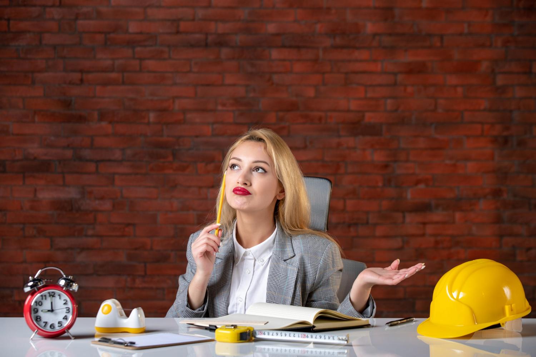 Kobieta znające cechy biznesplanu
