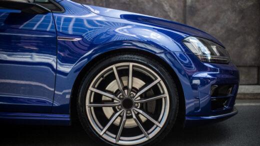 Niebieski samochód.