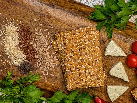 Chleb na stole z serem i ziarnami.