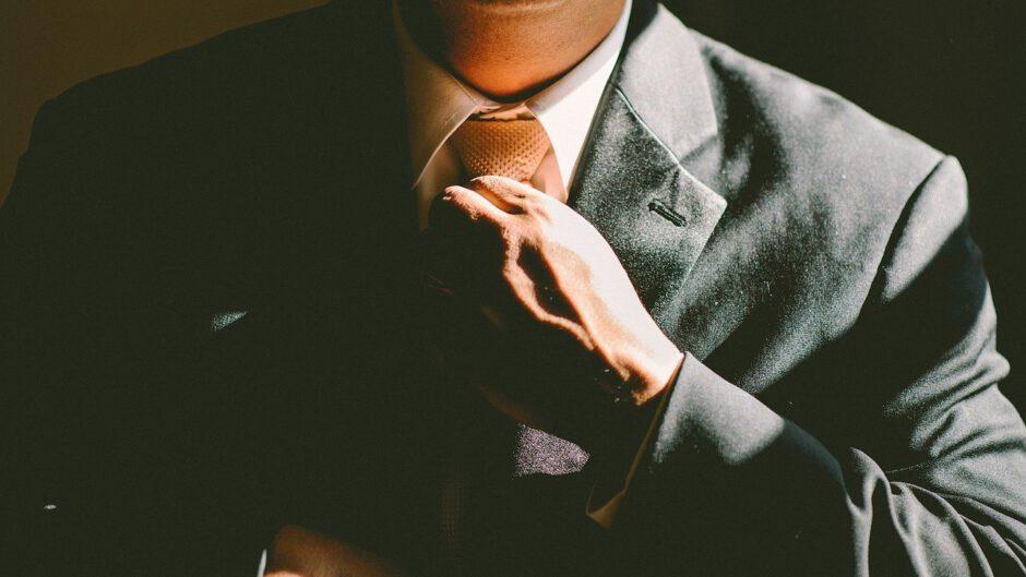Mężczyzna w garniturze.
