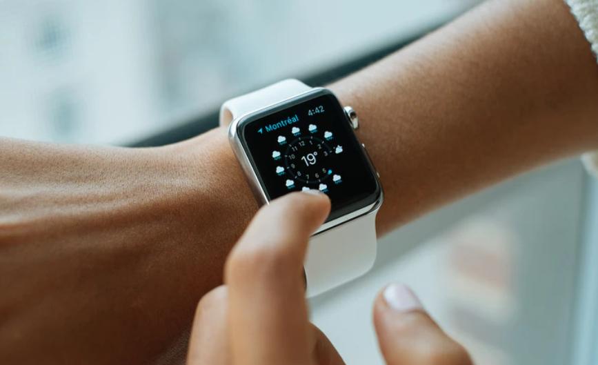 Zegarek na dłoni od Apple.