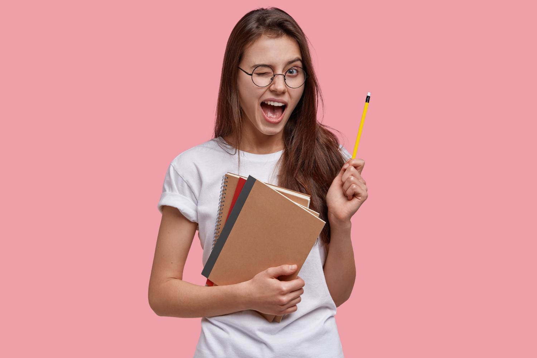 Młoda kobieta, która wie jak napisać recenzję artykułu
