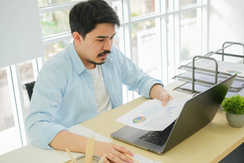 Mężczyzna analizujący stopy procentowe