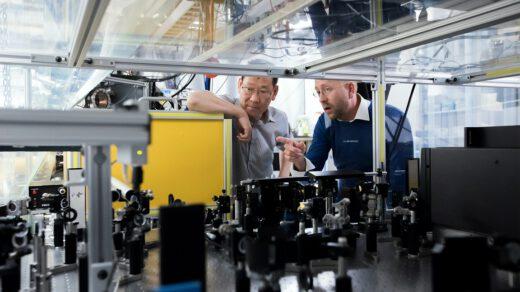 Dwóch mężczyzn w fabryce
